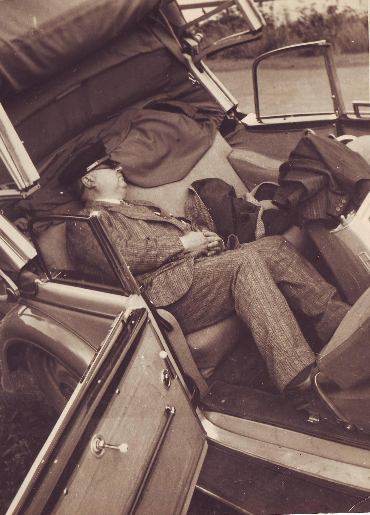 ErnstPickhardt in seinem Wagen schlafend